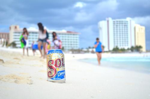 カンクンのビーチでSol Clamato味を飲む