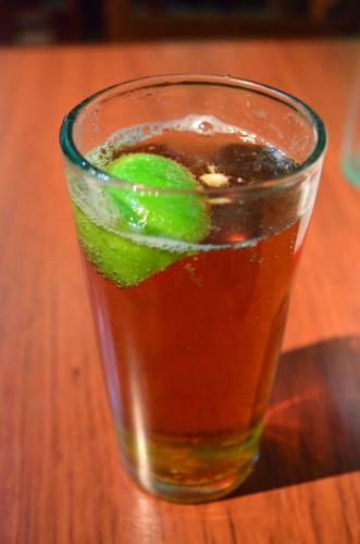 コップに注いでライムがメキシコビールの飲み方