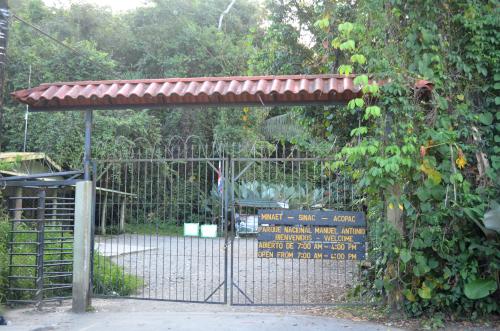 コスタリカのマヌエル・アントニオ国立公園の入り口