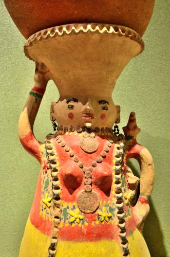メキシコ国立人類学博物館の展示物頭の上に物を乗せる女性