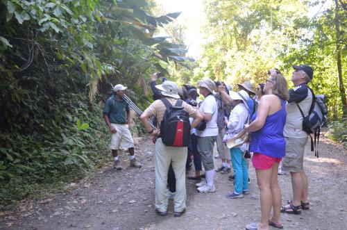 マヌエル・アントニオ国立公園のガイドと旅行者