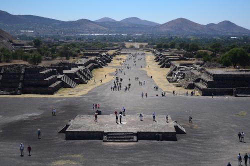 月のピラミッドの頂上からの死者の道