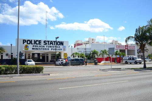 カンクンの交番と消防署