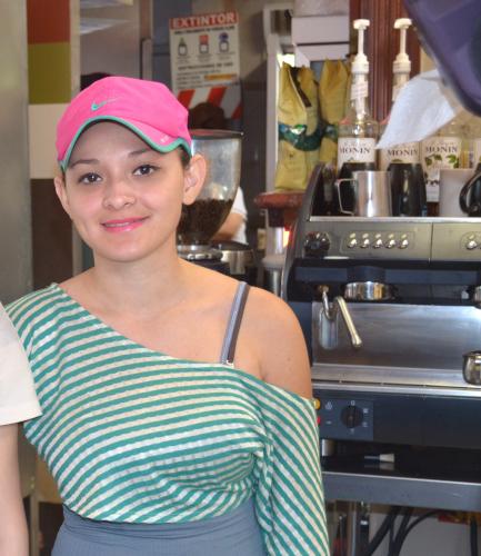 中米コスタリカのファーストフードで働く美人店員