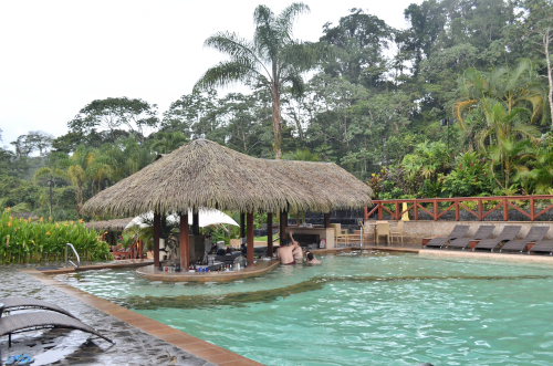 タバコン温泉のプールと併設バー