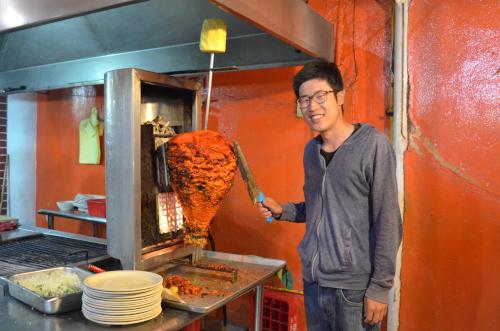 タコス・パストールの豚肉を切る