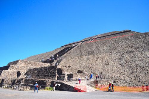 太陽のピラミッドの登り口