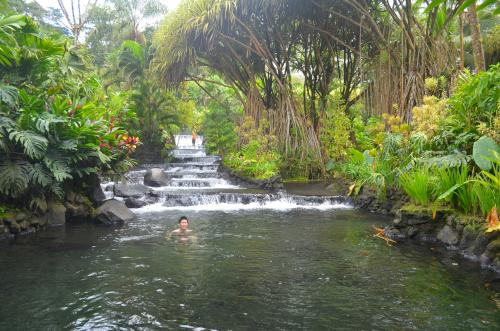 タバコン温泉に入浴