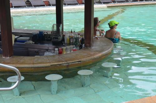 タバコン温泉のプール内のバー