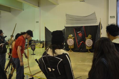メキシコシティのコスプレイベントの弓矢体験