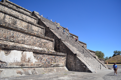 月のピラミッドの登り口