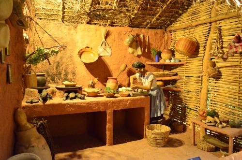 メキシコ国立人類学博物館の展示物料理する女性