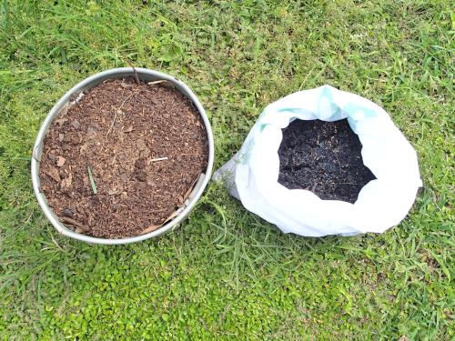 有機肥料と籾殻燻炭