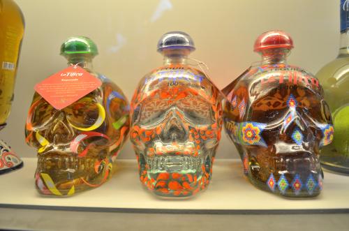 ドクロ型の瓶のメスカルかテキーラ
