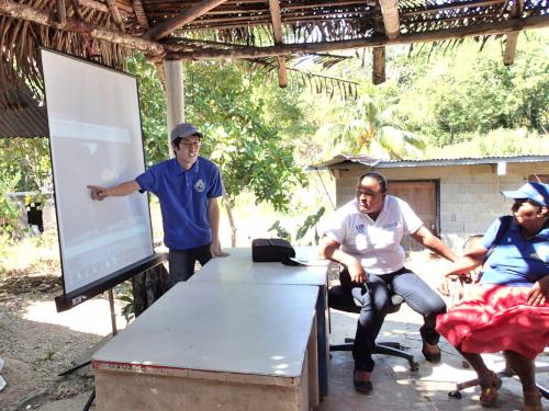 パナマを指さすボランティア