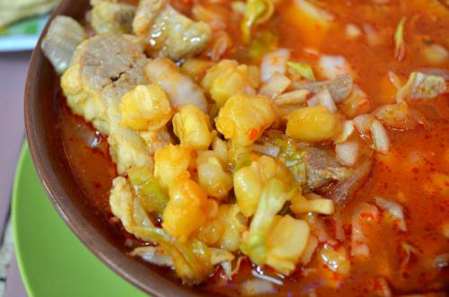 メキシコのスープにはトウモロコシと豚肉が入る