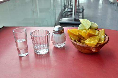 テキーラとメスカルと塩とライムとオレンジ