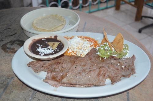 メキシコの牛肉料理と付け合せタンピケーニャ