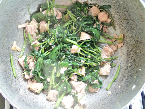 空心菜をシーチキンと炒める