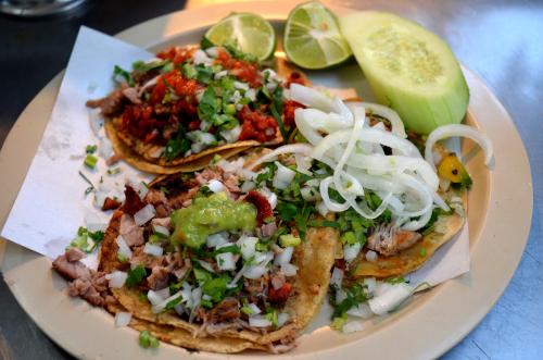 メキシコのタコスとトッピングの野菜
