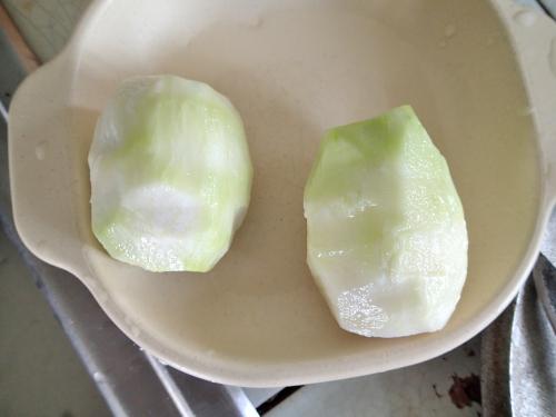 コールラビの茎の皮をむく
