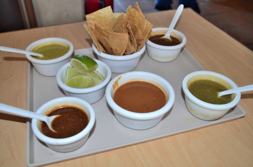 チップスと5種類のサルサ