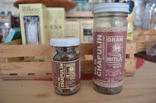 テキーラの原料に住むイモムシ入りの塩