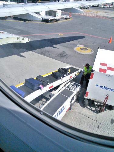 インテルジェットの荷物搬入