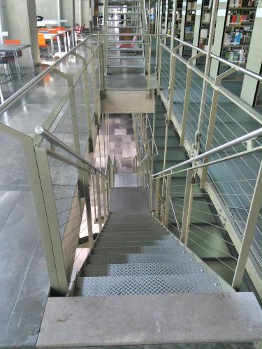 高層本棚への階段