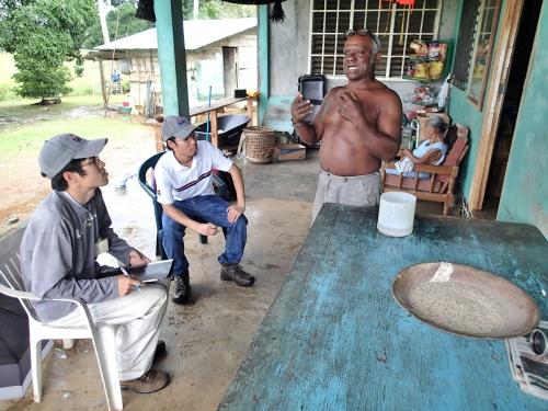 稲作について話すアラフエラ湖の住民