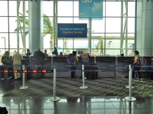 コスタリカ・サンホセの空港で出国税を払う