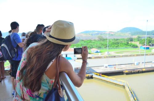 パナマ運河ミラフローレス閘門で写真を撮る美女