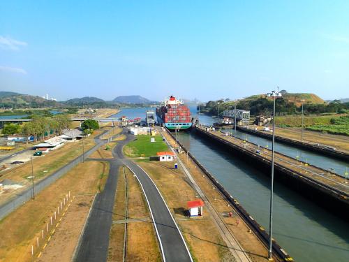 ミラフローレス閘門を通過した船