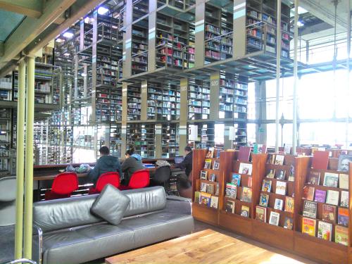 図書館のソファ