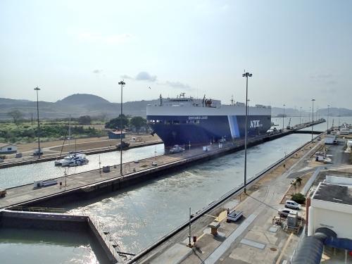パナマ運河を通過する大型タンカー