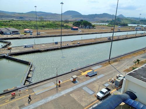 水が満杯のミラフローレス閘門