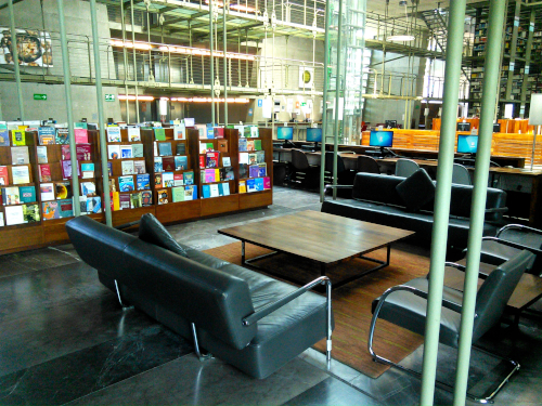 メキシコシティの図書館の閲覧コーナー