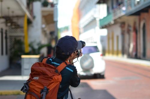 街並みを撮影するカメラマン