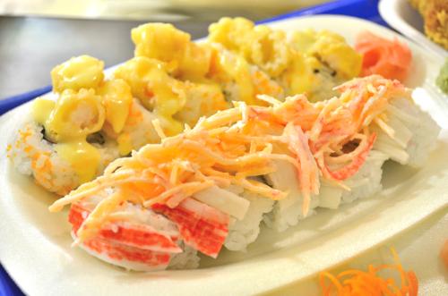 カニカマとエビフライが乗った巻き寿司