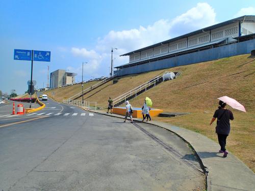ミラフローレス閘門への道