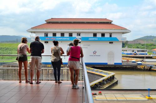 パナマ運河を見る観光客