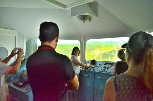 パナマ運河を通過する船の運転体験