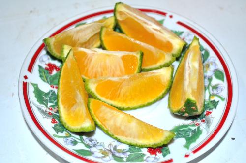 タコスにレモンを絞る