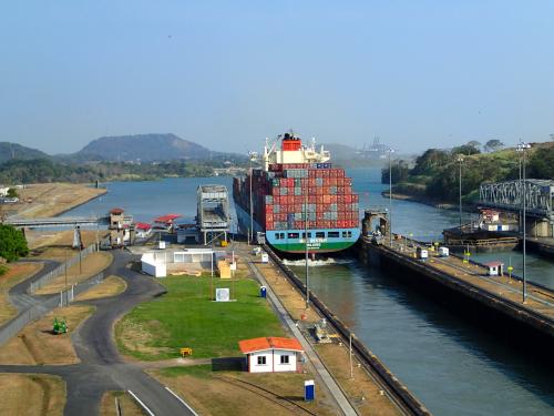 ミラフローレス閘門を通過しているタンカー