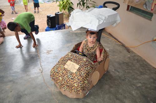 特製の車に乗る幼女