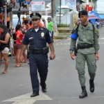 パトロール中の警察官