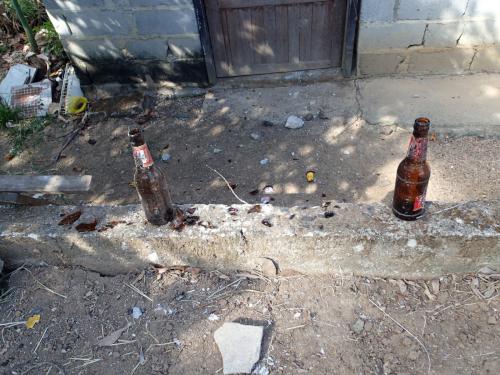 石を投げてビール瓶が割られた