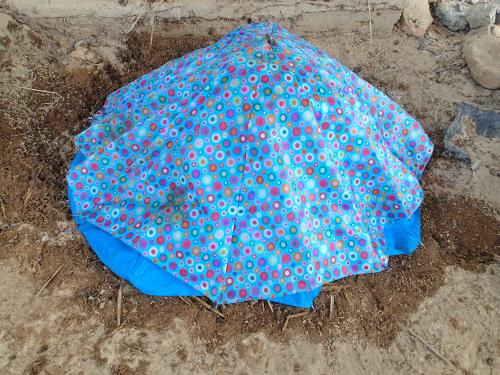 傘の布で肥料を覆う