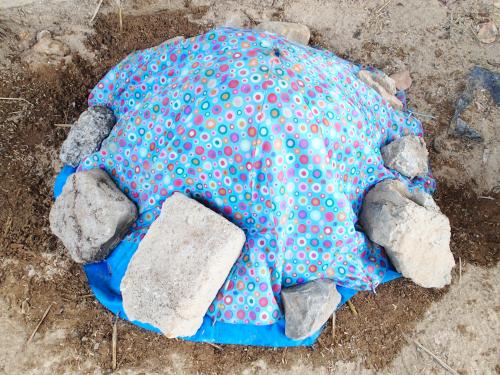 石で布を固定