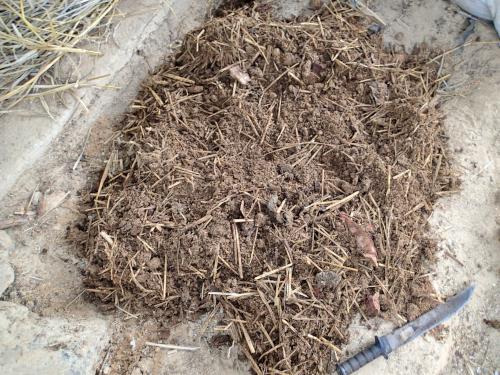 コンポスト有機肥料を撹拌する